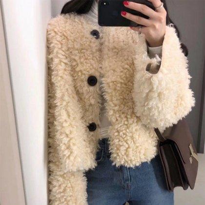 ふわもこがキュートなショート丈×ゆったり袖のノーカラーコート