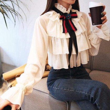 リボン×ボリューミーな重ねフリルがガーリーな長袖ティアードトップス