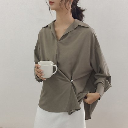 アシンメトリーなボタンデザインが個性的なきれいめスキッパーシャツ 3色