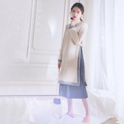 ゆったりニットから見せるプリーツスカートがフェミニンなバイカラーの長袖ワンピ