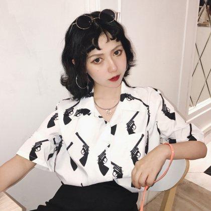モノトーンのピストル柄がクールな個性派シャツトップス 韓国 2色