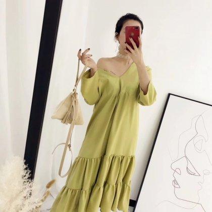 重ねフリルのティアードスカートが可愛いVネックの長袖ワンピース 2色