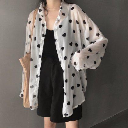 モノトーンのハート柄がオトナかわいいビックシルエットの長袖シャツ
