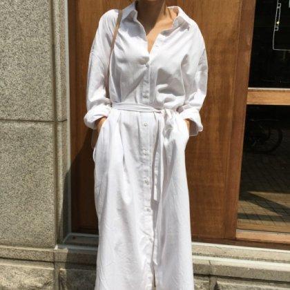体型カバーもバッチリ 白のワントーンできれいめカジュアルな長袖のロングシャツワンピース
