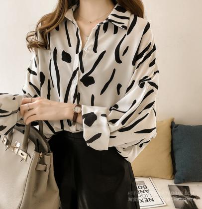 とろみシフォンのモダンな柄がおしゃれな長袖ゆったりシャツトップス 2色