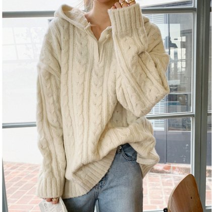 ざっくりめのケーブル編みがおしゃれ ゆったりシルエットのフード付きニットトップス 2色