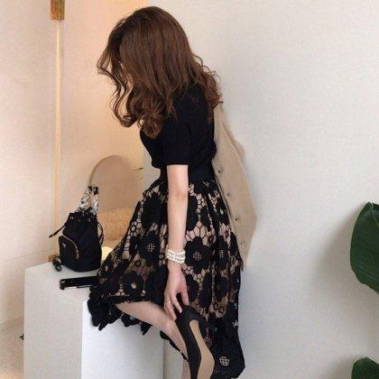 デイリーからお呼ばれまで 大判刺繍の花柄レーススカートと半袖黒トップスのセットアップ