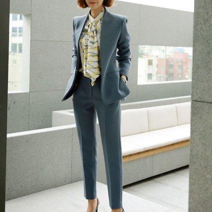 オフィスカジュアルやフォーマルにも ノーカラージャケットとボトムスのセットアップ スーツ 2色