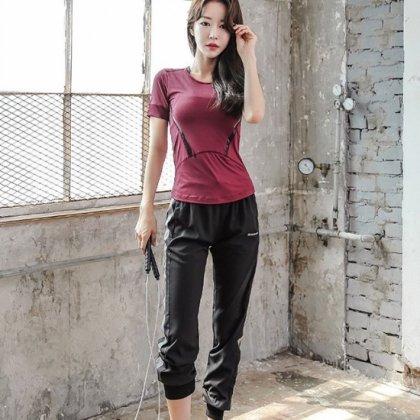 ランニングやヨガにもおすすめ スタイリッシュな半袖Tシャツとジョガーパンツのセットアップ